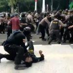Baru-baru ini, telah viral video polisi 'smackdown' salah satu mahasiswa demonstran aksi di kabupaten Tangerang di media sosial Twitter. Dok: Twitter @AksiLangsung.