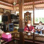 Gubernur Gorontalo, Rusli Habibie bertemu dengan Fajar Sidik Napu, pendamping PKH yang menjadi korban marah-marah Mensos Tri Rismaharini Kamis lalu. Fajar diundang langsung ke kediaman gubernur, Minggu (3/10/2021) untuk meminta maaf dan memaafkan Mensos Risma. Dok: gorontaloprov.go.id