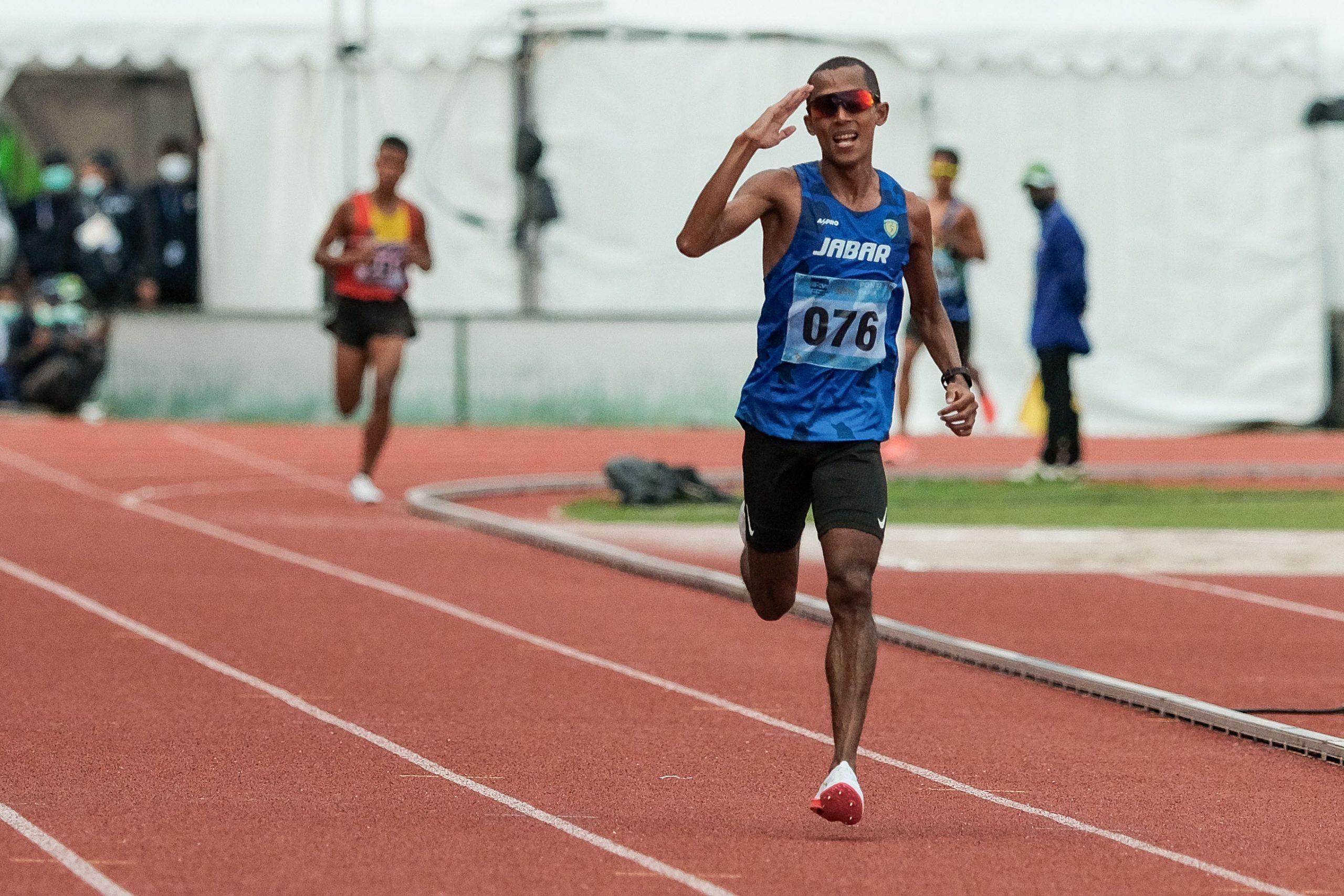 Agus Prayogo pelari jarak jauh asal Jawa Barat berhasil meraih medali emas di nomor 10.000 meter putra yang bertempat di Stadion Atletik Mimika Sport Centre,, Kabupaten Mimika, Papua, Selasa (12/10/2021). Agus Prayogo finis dengan catatan waktu 31 menit 06.35 detik (Foto: PB PON XX PAPUA 2021/Peksi Cahyo)